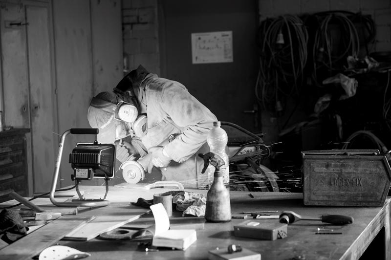 Mann mit Schutzutensilien am Arbeiten