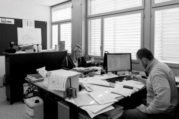 Büro Werk- Leute am Arbeitsplatz