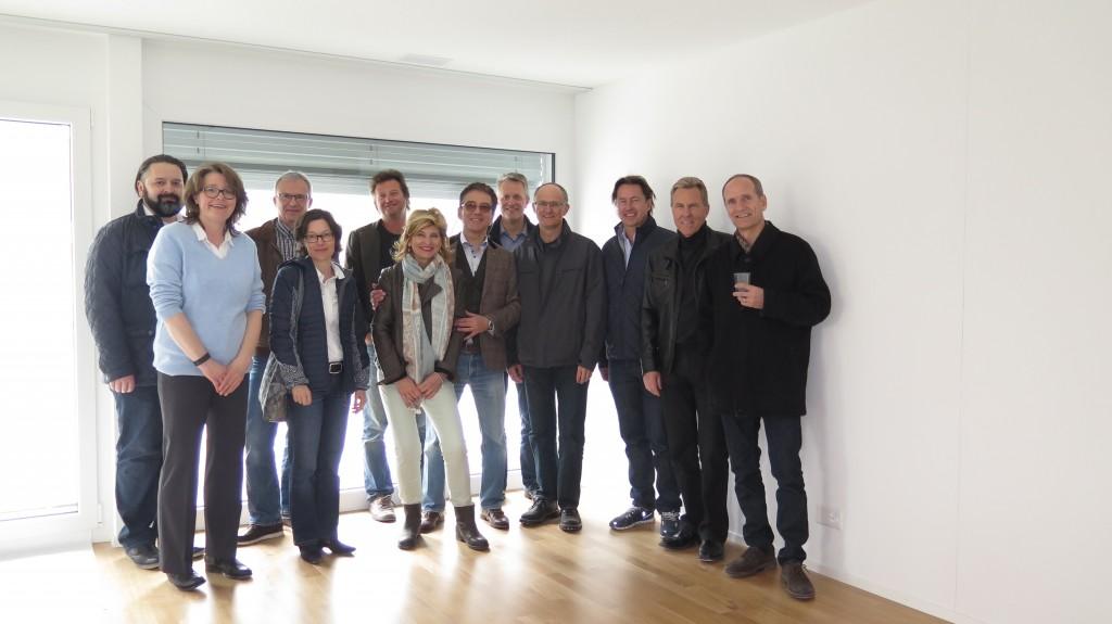 Gemeinderat sowie Gemeindeingenieur mit STÜSSI TEAM im Mehrfamilienhaus Opus Verde