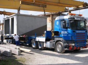 Ladevorgang der 27 Tonnen wiegenden Trafostation