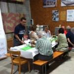 Diverse Generationen an einem Tisch