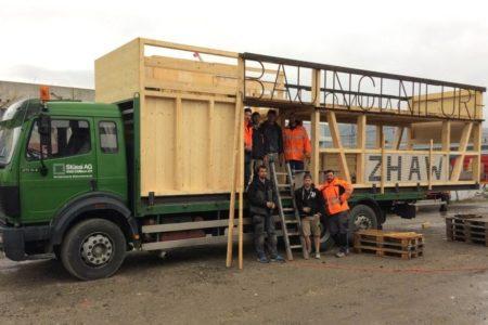 Stolze Studenten vor und auf dem umgebauten Lastwagen. An zwei von drei Wochenenden, an denen die Studenten gearbeitet hatten, regnete es. Auf dem Bild rechts aussen: A. Stüssi
