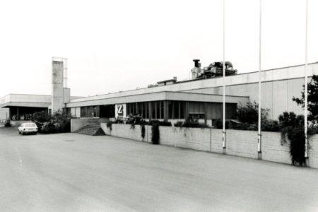 Vorfabriziertes Bürogebäude und Produktionshalle von STÜSSI