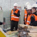 Rolf Bingisser führt durch die kleine Werkhalle. - Maurerlehrlinge auf Werksbesuch - Stüssi Betonvorfabrikation AG