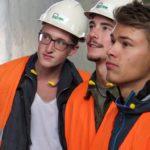 Eine Raumzelle sorgt für grosses Interesse. - Maurerlehrlinge auf Werksbesuch - Stüssi Betonvorfabrikation AG