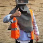 Der nächste Astronaut? Sichtliche Begeisterung beim Probetragen der Sandstrahl-Schutzmaske