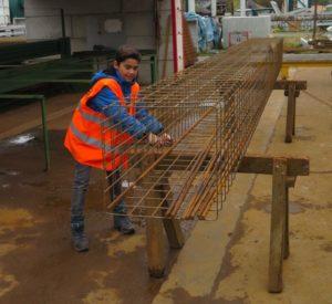 Jérome hat den Dreh raus und bindet die Eisenarmierung in schnellem Tempo zusammen.