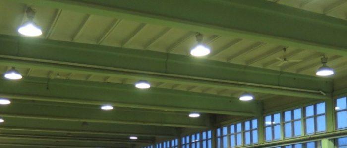 bisherige Hallenbeleuchtung an Decke, Stromverbrauch pro Lampe 500 Watt