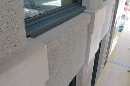 Fertig montierte Fensterbank am Raiffeisengebäude in Kloten