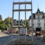 Vorfabriziertes Fassadenelement von STÜSSI wird von Turmkran aufgezogen.