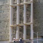 Kunsthaus Zürich. Vorfabriziertes Betonelement wird der Fassade entlang eingefahren.