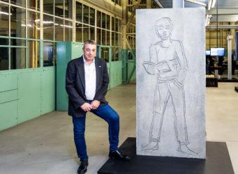 Stefan Stüssi präsentiert stolz eines der fertigen Elemente.