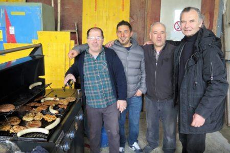 Die Haus-Grillchefs, Memeth und Mesud, Arbeitskolleg Jasari und Slavco (hier rechts im Bild).
