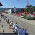 Besucherinnen und Besucher verfolgen die Sportwagen entlang der Buchserstrasse.