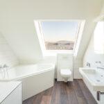 Hochwertig gewählte Materialien sind auch im Badezimmer zu finden.