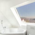 Entspanntes Baden mit Ausblick in den Tag- oder Nachthimmel im Mehrfamilienhaus Opus Vita.