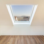 Vorfabriziertes Schrägdachelement mit Dachflächenfenster. Ausblick Richtung Norden.