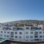 Ausblick von der Dachwohnung des Mehrfamilienhauses Opus Vita. Die nahgelegene Waldgrenze und der Altberg bieten Raum für Sport und Erholung.