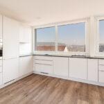 Hochwertige Küchengeräte und -schränke sind Markenzeichen von STUESSI-Wohnungen.